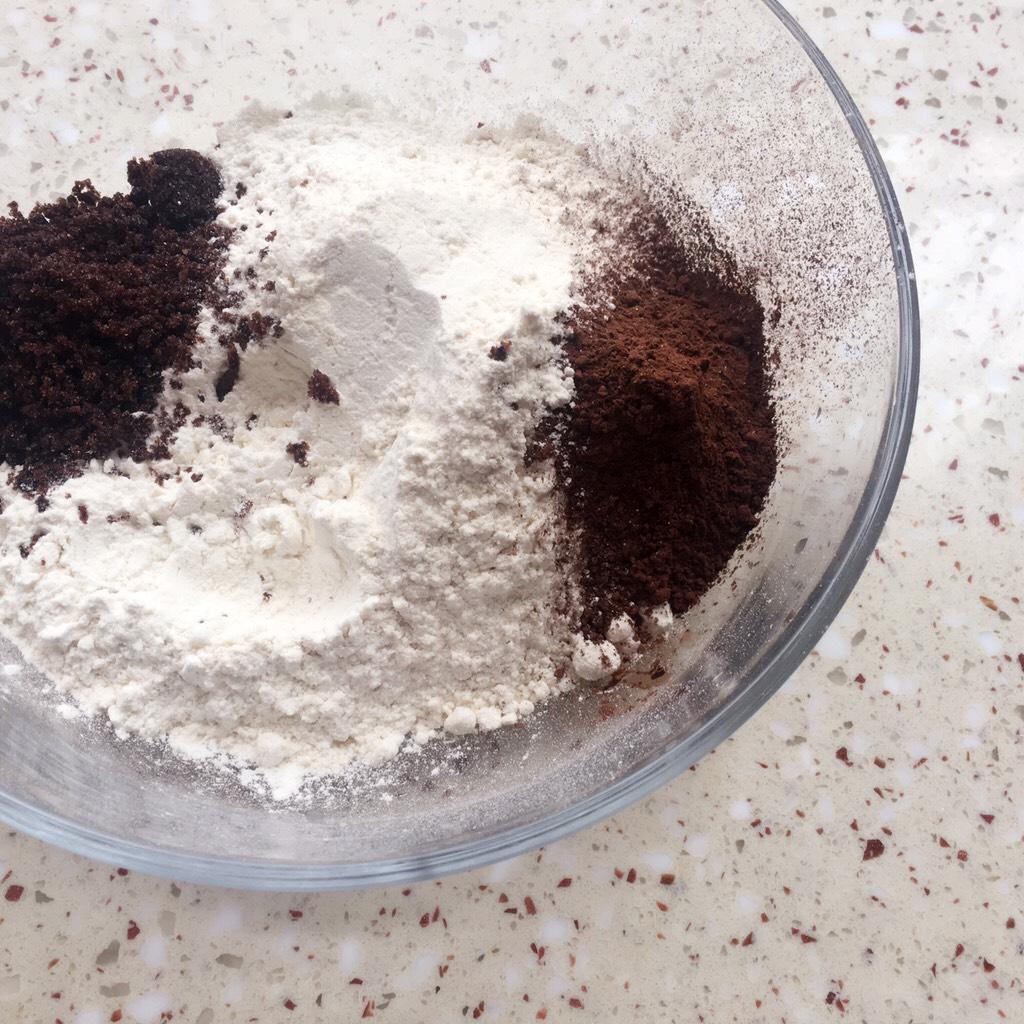 可可麻薯软欧包,可可面团材料中除黄油、清水以外的材料</p> <p>全部放入碗里</p> <p>PS:糖跟酵母分两边放