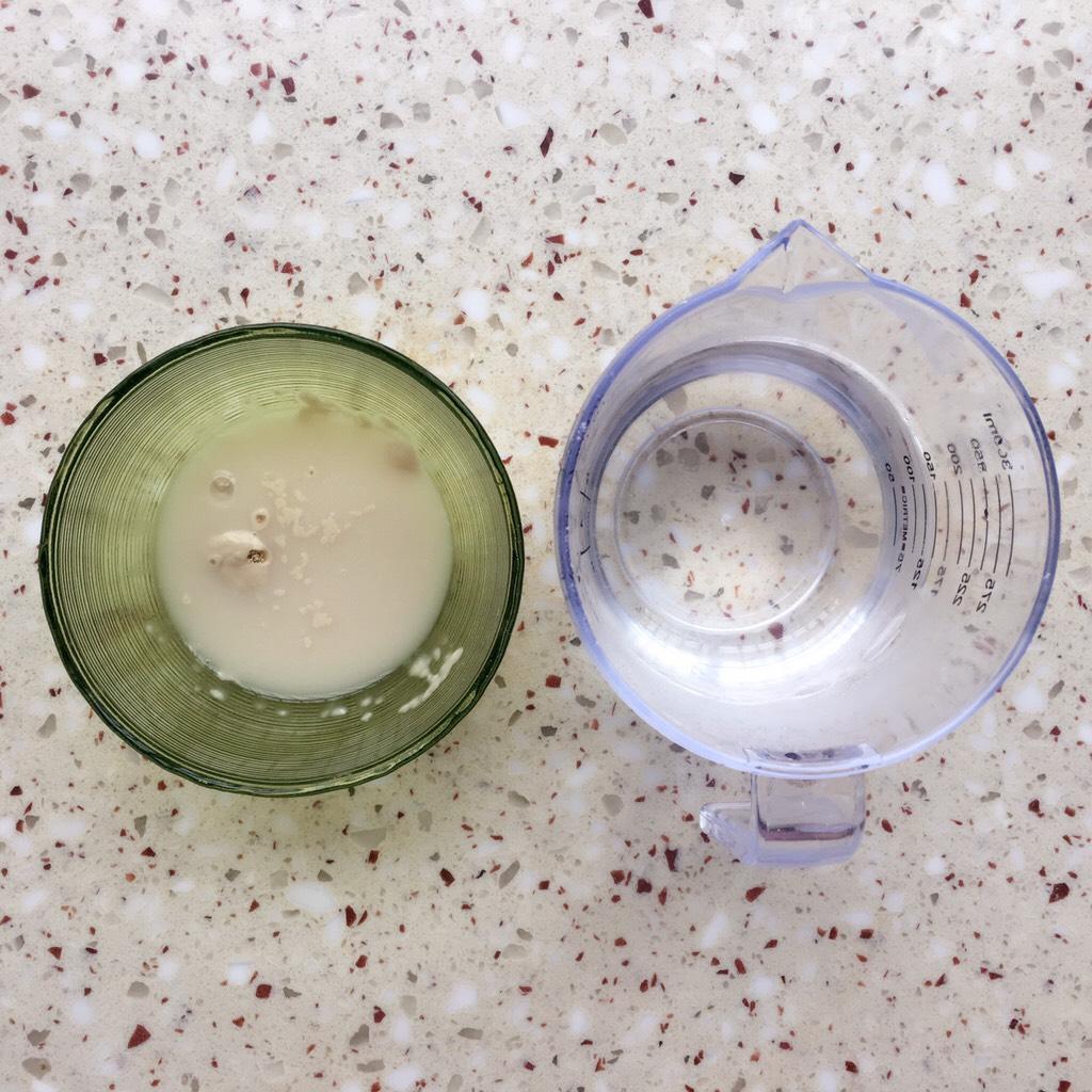 可可麻薯软欧包,准备食材</p> <p>160g清水中取80g水融化干酵母