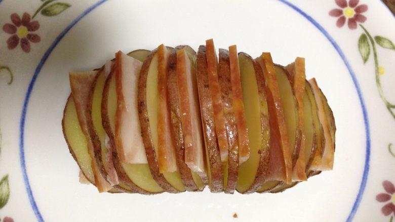 培根风琴烤土豆#辣味#, 在每一片土豆片之间加入一片培根片