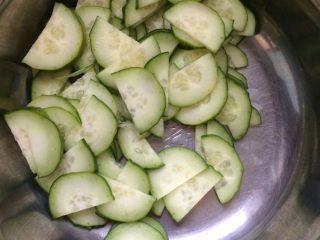 腐竹拌黄瓜,将切好的黄瓜片放入盆中。