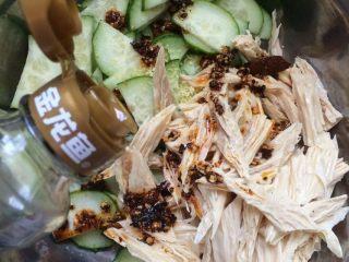 腐竹拌黄瓜,最后放入香油适量,再放入少许香菜段拌匀即可。