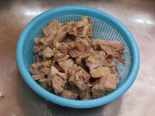 糖醋排骨,排骨捞出来,冲洗干净,沥干备用。里面的姜片丢掉。