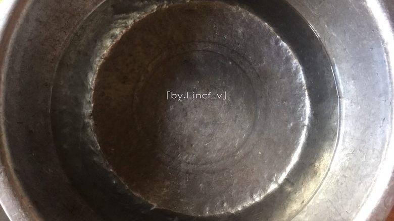 香辣卤翅根,接着锅中放适量清水,放入翅根与一半花椒煮开后煮约4分钟,再捞出翅根用清水洗净