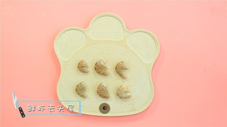 蒸虾糕,虾去头去尾后剥去虾壳。 ps:把虾放进冰箱中冰冻10分钟会更容易剥虾壳哦~