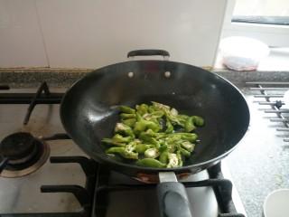尖椒炒腊肉,先干煸辣椒不加油,变色加油炒香。