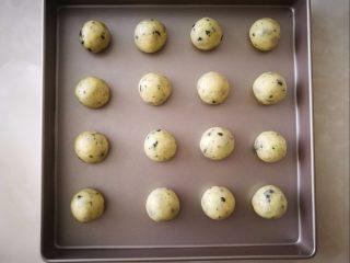 海苔麻糬球,平均分成16个小份,搓圆,放到烤盘上,我用的学厨28厘米方盘