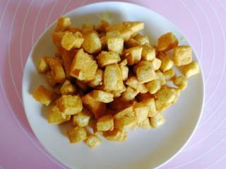 吃豆腐#蛋清饼十熘豆腐,炸好的豆腐用漏勺捞出装盘。