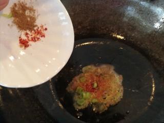 吃豆腐#蛋清饼十熘豆腐,过你加少许油然后将,盐,胡椒粉,葱,辣椒片一同倒入炒香。