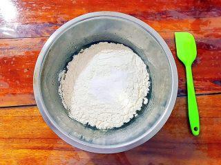 又香又酥的黑芝麻杂果干桃酥,将过筛过的中筋面粉和泡打粉加入之前准备好了的蛋糊之中!