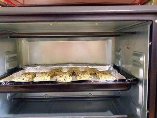 又香又酥的黑芝麻杂果干桃酥,放入预热好的烤箱, 功能:上下烤,中层, 温度:180°, 时间:15分钟!