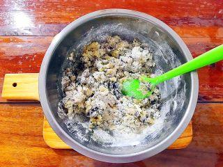 又香又酥的黑芝麻杂果干桃酥,用硅胶刮刀切拌一下,至无干粉!