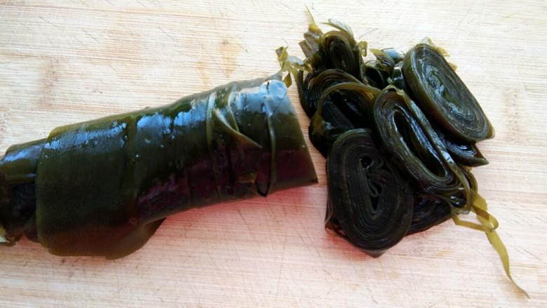 双椒蒜泥海带丝,把卷好的海带切丝