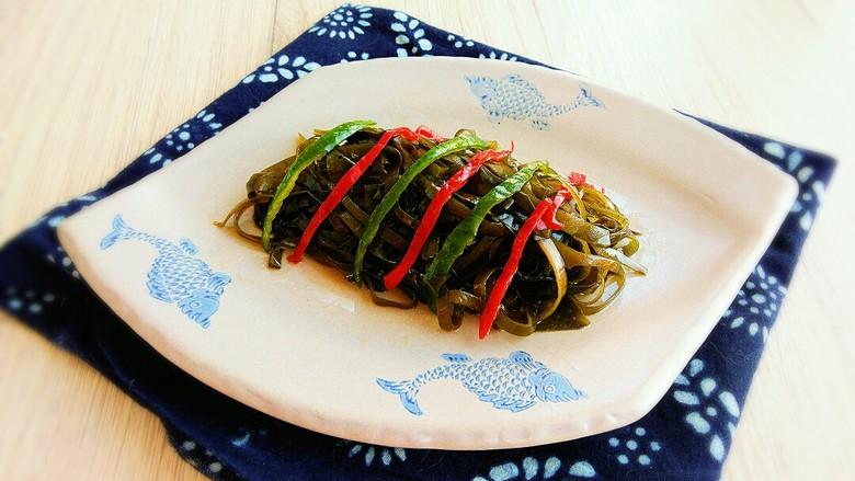 双椒蒜泥海带丝,装盘即可上桌,美味润秋燥的双椒蒜泥海带丝
