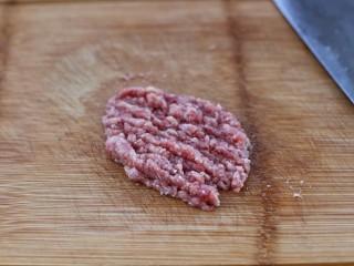 番茄肉酱意面,将猪肉剁成肉糜