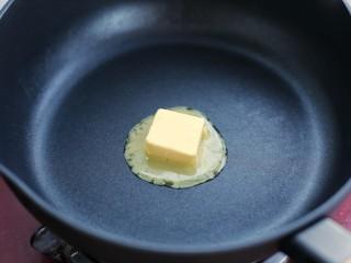 番茄肉酱意面,黄油放入锅中小火融化