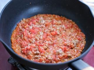 番茄肉酱意面,再倒入番茄碎翻炒均匀