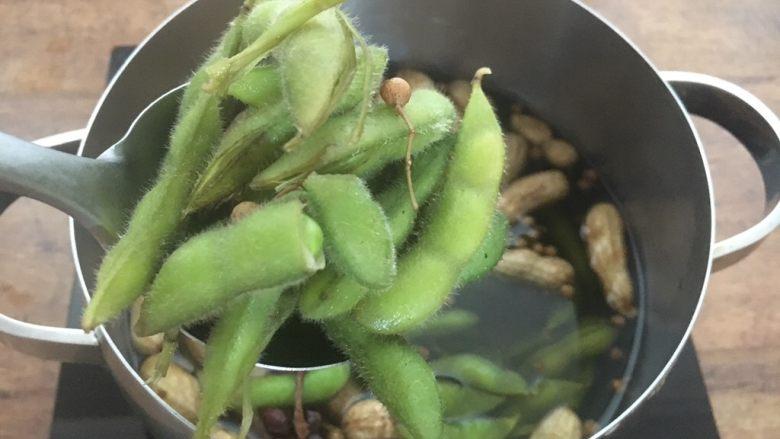 #咸味# 花椒盐水煮毛豆花生,碧绿的毛豆煮好了 为了入味需要在锅里浸泡数个小时 ,如果你喜欢冰冰的透心凉的毛豆,你就等毛豆凉了以后,把它盛在保鲜盒里放在冰箱里冷藏数个小时入味。