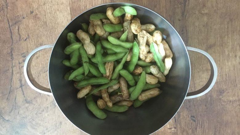 #咸味# 花椒盐水煮毛豆花生,把整理好的花生和毛豆放在锅里。