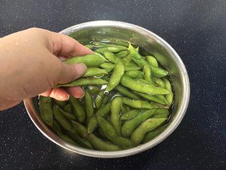 #咸味# 花椒盐水煮毛豆花生,买了的毛豆放入适量水和少许的盐浸泡10分钟,用手反复把毛豆搓干净。