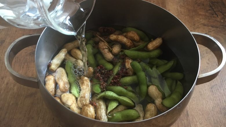 #咸味# 花椒盐水煮毛豆花生,倒入准备好的开水,水量以没过食材为好。