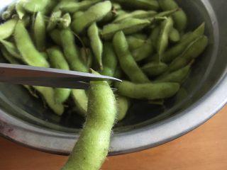 #咸味# 花椒盐水煮毛豆花生,用剪子把毛豆的一边剪个口,以便入味。