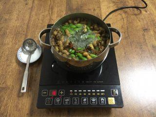 #咸味# 花椒盐水煮毛豆花生,中火煮10分钟,全程开盖煮。 煮的时间要依据毛豆和花生的新鲜程度来定。