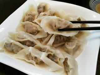 石蛤蟆水饺(博山水饺的包法),把饺子捞出控水,准备一碟醋或蘸料开吃吧!