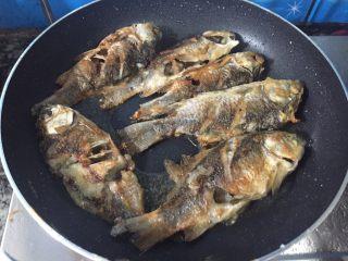 椒盐鲫鱼,两面金黄色了,就可以关火了。