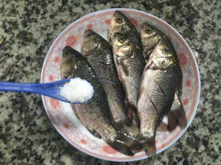 椒盐鲫鱼,放下一勺盐先腌制,这样的作用就是,更容易煎炸蒸条的鱼