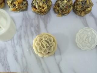 五仁月饼,压出月饼形状,依次做完所有