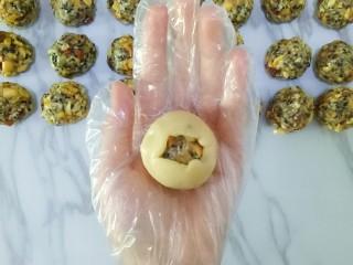 五仁月饼,慢慢的推动面皮,使皮包裹在馅上