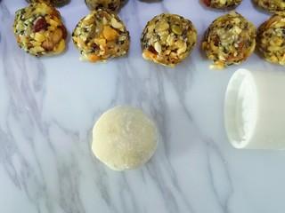 五仁月饼,做好的月饼胚在熟粉中滚一圈