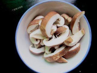 三汁焖锅,香菇去根洗干净,切成片