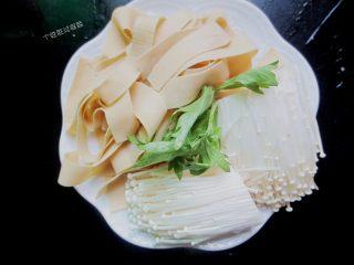 三汁焖锅,千张切条,金针菇去根洗干净