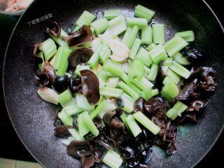 三汁焖锅,把芹菜和木耳放入锅里加少许黑胡椒和一点点盐