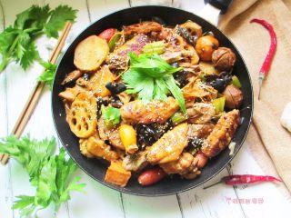 三汁焖锅,满满一锅,真的好满足。这道菜超级下饭,别忘了多蒸点米饭。