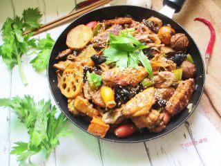 三汁焖锅,健康环保、荤素搭配,吃完了以后,留下浓郁的酱汁可以加水秒变涮火锅哦!