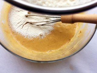 红糖红枣戚风蛋糕,筛入低粉,称Z字形伴均匀;