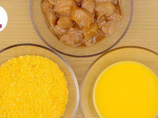 非油炸微波炉盐酥鸡!,鸡蛋2个打散,腌好的鸡肉一块块先沾上蛋液,再裹上面包糠,全部做好均匀铺在盘子上