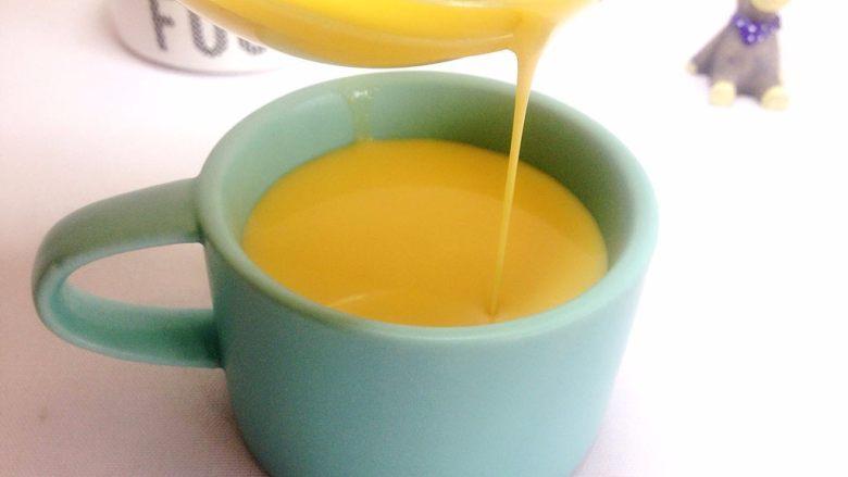 奶香小米布丁,过滤好的面糊非常细腻,称流线状,倒入容器里;