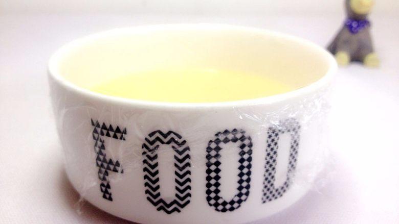 奶香小米布丁,用保鲜膜密封或倒扣一个盘子,上锅隔水蒸15分钟,闷10分钟; TIPS1:如果容器里的蛋糊比较少,蒸10分钟,闷5分钟就可以;