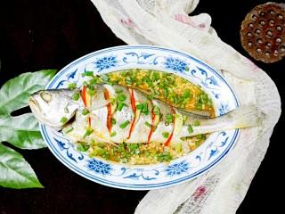 披红戴绿的蒜香红辣椒蒸黄鱼,鲜鲜哒!美美哒!😍