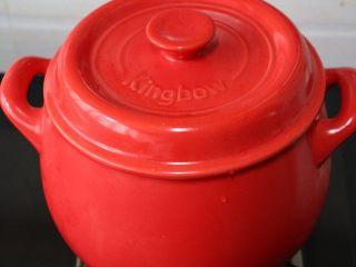 砂锅银耳莲子汤,烧锅里的水烧开,盖上盖子,中火先炖20分钟,然后转小火慢慢煲上一个小时。