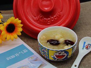 砂锅银耳莲子汤,关火后稍微等温度降一些再打开锅盖,甜香四溢。