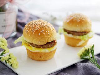12连汉堡小面包,做好的汉堡面包,可以夹煎蛋,牛肉饼,奶酪,火腿等等,做成汉堡包。尺寸比较小,吃一个两个都可以。