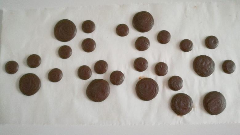 熊掌纸杯蛋糕,裱花袋剪小口,在油纸上挤出6个大圆片和18个小圆片,每1个大圆和3个小圆为一组备用;(做好后可以冷藏备用)