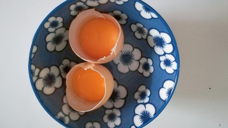 熊掌纸杯蛋糕,蛋清蛋黄分离,先把蛋黄留着备用;