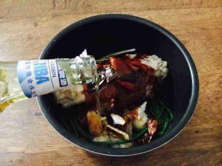#咸味#  老天津卫特色酱牛肉,倒入焯牛腱子的汤和一瓶啤酒,汤水与牛腱子齐平。 我当时只放了一瓶啤酒,水位在牛腱子的一半的位置,个人习惯而已。