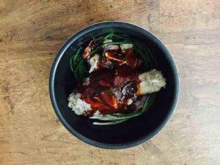 #咸味#  老天津卫特色酱牛肉,把炒好的酱汁倒在电压力锅锅里。 如果您用普通的炒菜锅炖的话,在炒香酱料后就铺上小香葱,再放上焯好水的牛腱子。