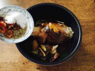 #咸味#  老天津卫特色酱牛肉,放入盐3勺盐,适量的小茴香,5片山楂,少许红曲米,桂皮2小块,花椒10粒。